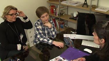 Lancelot et sa maman dans le bureau d'une coach pédagogique.