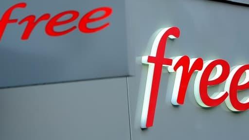 Free lance des bornes libre-service pour les cartes sim dans les maison de presse.