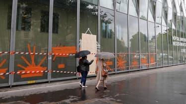 L'AP-HP a fait un appel aux dons pour remplacer les 15 baies vitrées de l'hôpital Necker brisées par des casseurs le 14 juin 2016, en marge de la manifestation