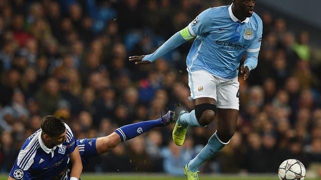 Yaya Touré échappe à un défenseur ukrainien
