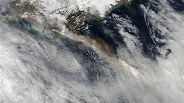 Image satellite du volcan islandais Eyjafjoll. La zone affectée par le nuage de cendres dû à l'éruption du volcan devrait s'étendre ce samedi au Portugal et peut-être sur les régions de Barcelone et Marseille, rapporte l'agence européenne du trafic aérien