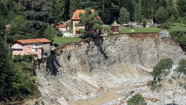 Le village de Saint-Martin-Vesubie au bord du précipice, le 3 octobre 2020, après les violentes crues qui ont affecté l'arrière-pays niçois