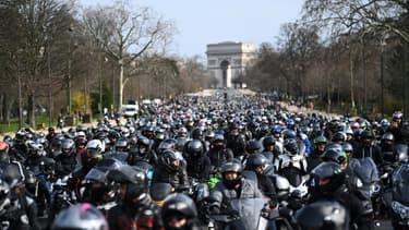 Des motards descendent les Champs-Elysées, à Paris, pour réclamer le droit de circuler entre les voitures, le 20 février 2021