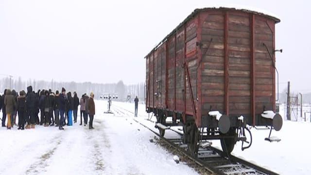 Des lycéens français visitent le camp d'Auschwitz, en Pologne.