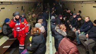 Prisonniers ukrainiens échangés patientant dans un avion le 29 décembre 2019 à Kharkiv, en Ukraine
