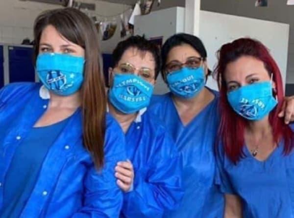 Des soignantes avec des masques OM
