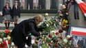 Devant le palais présidentiel à Varsovie. Les Polonais ont observé à midi deux minutes de silence en mémoire du président Lech Kaczynski et des autres personnalités tuées samedi dans un accident d'avion près de Smolensk, dans l'ouest de la Russie. /Photo