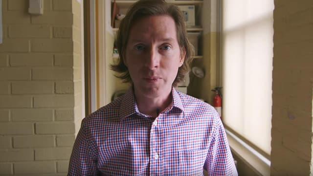 """Wes Anderson dans une vidéo annonçant les détails de son prochain film, """"L'île des chiens""""."""