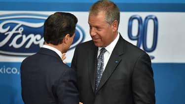 Le président de Ford pour les Amériques Joseph Hinrichs (à droite), avait rencontré le président mexicain Enrique Pena Nieto (à gauche) en avril 2015.