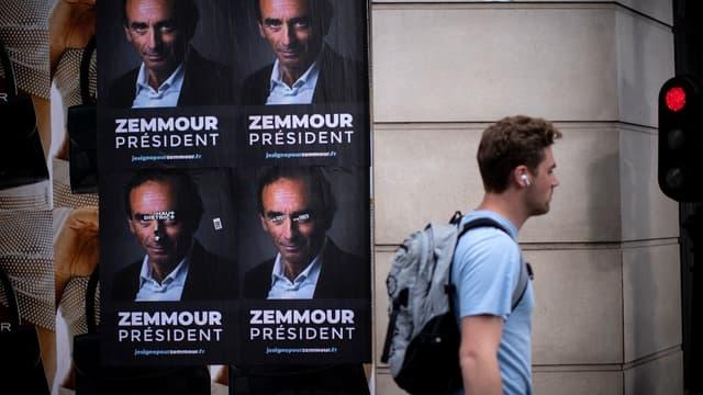 """Des affiches """"Zemmour président"""" placardées à Paris."""
