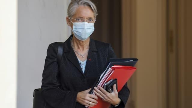 La ministre du Travail Elisabeth Borne à la sortie de l'Elysée, le 31 mars 2021 à Paris