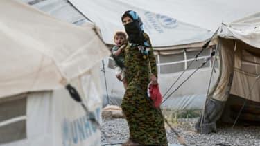 Une réfugiée irakienne et son enfant dans le camp de Hasancham, le 10 juin 2017