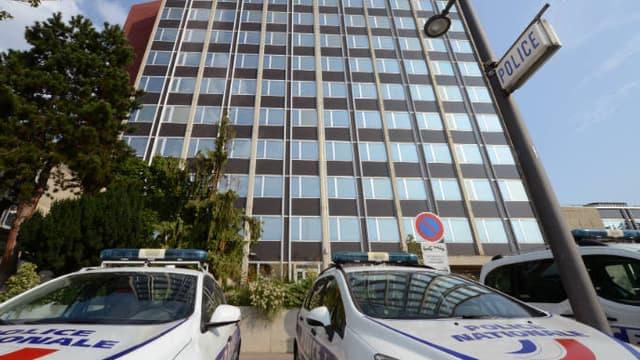 Des véhicules de police garés devant le commissariat de Vénissieux (photo d'illustration).