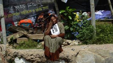 Le 24 avril 2015, deux ans après la catastrophe du Rana Plaza au Bangladesh, les proches des victimes réclament réparation près du site où se tenait le bâtiment.