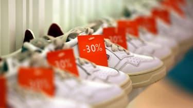 Des chaussures soldées sont exposées dans un magasin parisien au premier jour des soldes, le 20 janvier 2021