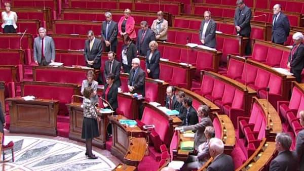 Les députés observent une minute de silence dans l'hémicycle de l'Assemblée nationale.