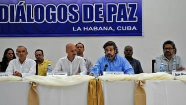 Les diplomates cubain Rodolfo Benitez (3e à d) et norvégien Dag Nylander (2e à g) au côté du commandant de la guérilla des Farc Ivan Marquez (d) et du chef de la délégation colombienne Humberto de la Calle (g) à La Havane, le 12 juillet ...