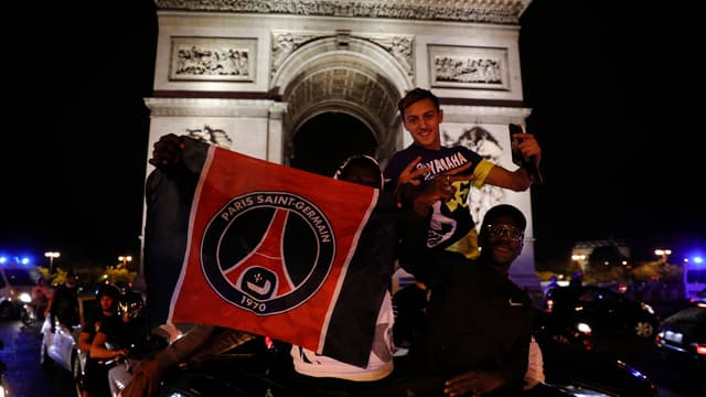Des supporters du PSG sur les Champs-Elysées mardi soir.
