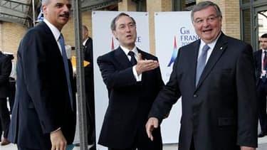 Le ministre de l'Intérieur Claude Guéant (au centre) et le ministre de la Justice Michel Mercier (à droite) accueillent l'Attorney General américain Eric Holder au G8, à Paris. Les pays les plus puissants de la planète et des délégués africains ont jeté l