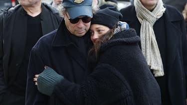 Marion Cotillard et Dennis Berry, le mari d'Anna Karina, aux obsèques de l'actrice ce samedi au cimetière du Père Lachaise.