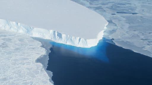 Le glacier Thwaites en Antractique, un mastodonte de 120 kilomètres, fond lui aussi de manière accéléré.