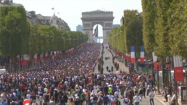 Les Champs-Elysées déjà noirs de monde ce lundi après-midi avant l'arrivée des Bleus à bord du bus à impériale.