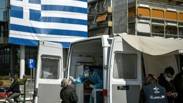 Une antenne de dépistage du Covid-19 dans une banlieue d'Athènes, le 2 avril 2021 en Grèce