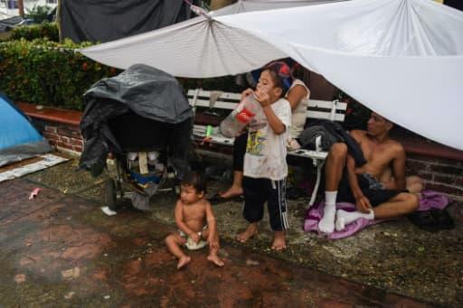 Des enfants, présents parmi les migrants honduriens, se reposent à Mapastepec (sud du Mexique), le 24 octobre 2018.