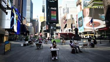 Times Square, à New York le 22 juin 2020, où la pandémie est sous contrôle. Les restaurants ont actuellement le droit de servir en terrasses seulement