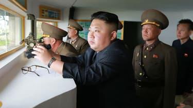 Le chef d'Etat nord-coréen Kim Jong-Un en visite dans des bâtiments de défense. (Photo de l'agence nord-coréenne KCNA)