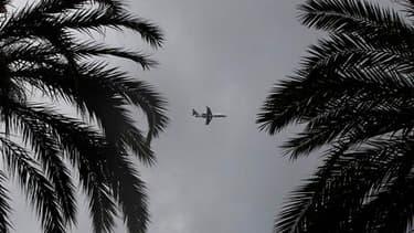 Avion en phase d'approche de l'aéroport international de Nice. L'espace aérien français reste ouvert malgré la présence du nuage de cendres volcaniques islandais et les perspectives sont bonnes pour les jours à venir, a-t-on appris auprès de la Direction