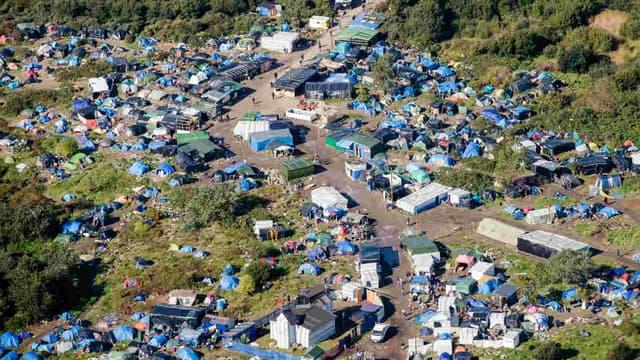 """Vue aérienne de la """"jungle"""" de Calais."""