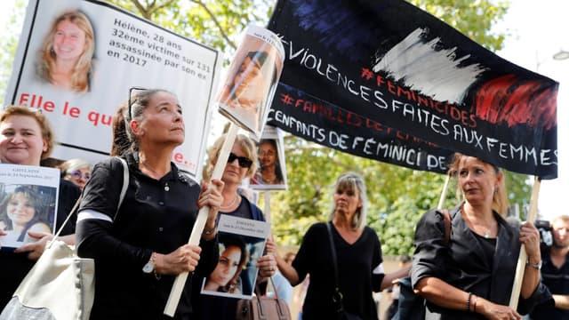 Des femmes tiennent des portraits de victimes pendant une manifestation le jour de l'ouverture du Grenelles des violences conjugales, le 3 septembre 2019