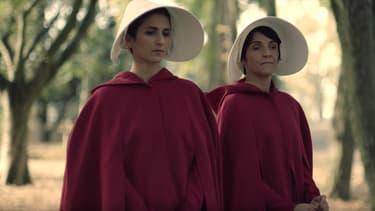 """Florence Foresti et Géraldine Nakache dans la parodie de """"La servante  écarlate""""."""