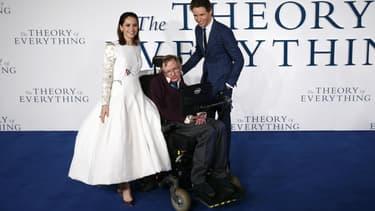 Stephen Hawking avec les acteurs Eddie Redmayne et Felicity Jones.