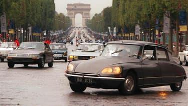 Une Citroën DS sur les Champs-Elysées.