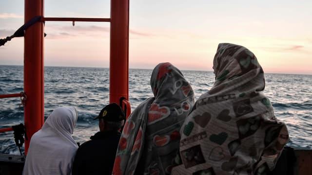Migrants à bord de l'Aquarius.