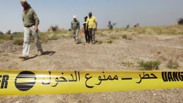 Des employés d'une ONG irakienne visitent le site du massacre de Tikrit, auquel Ahmed H. est soupçonné d'avoir participé, le 9 avril 2015 en Irak.