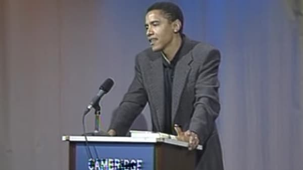 Barack Obama, alors professeur de droit, lors d'une conférence à la bibliothèque de Cambridge, en septembre 1995.