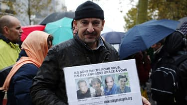 Un rassemblement pour les journalistes français retenus en otages en Syrie a eu lieu Place de la République à Paris le 9 novembre 2013.