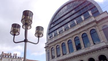 Vue partielle de la façade de l'Opéra de Lyon, le 16 février 2000.