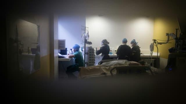 Unité de réanimation à l'hôpital parisien Lariboisière le 27 avril 2020