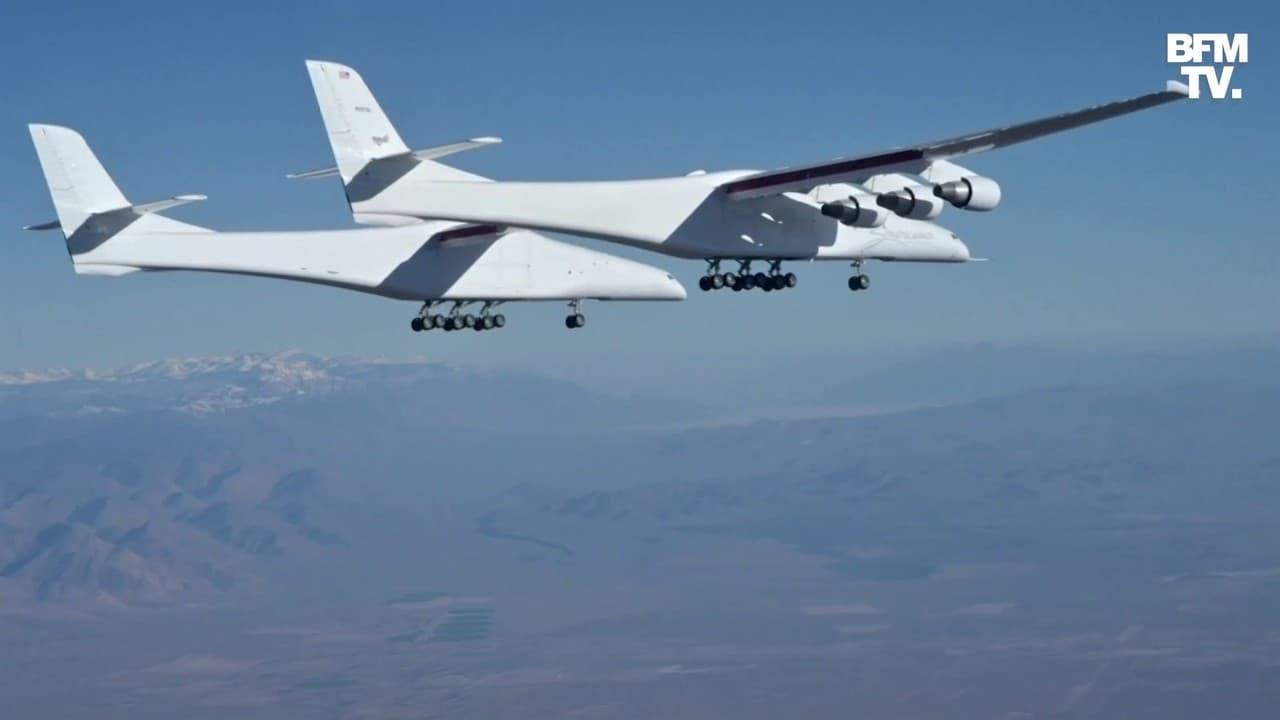 Le plus grand avion au monde effectue son second vol d'essai dans le désert en Californie