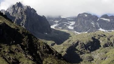 Le massif des Écrins, derrière le village de la Chapelle-en-Valgaudémar.