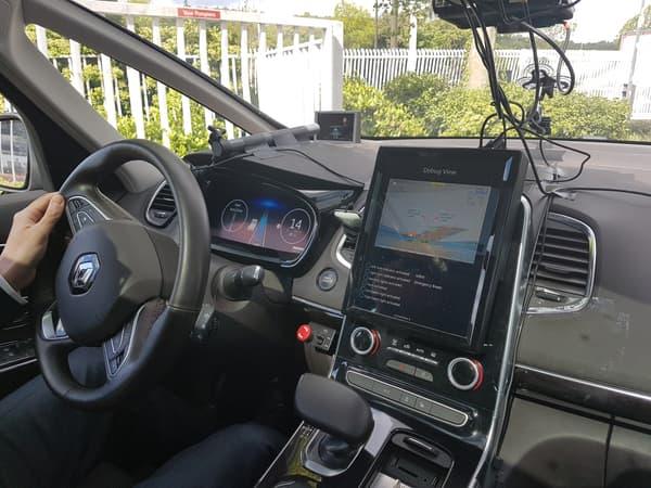 Dans l'Espace (photo) comme dans le C4 Picasso, une tablette a été placé au centre du tableau de bord. Pour l'écran derrière le volant, les deux constructeurs testent les futures interfaces homme-machine.