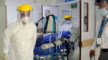 Un malade soupçonné d'être infecté par le coronavirus arrive à l'hôpital San Blas de Bogota, le 2 juillet 2020
