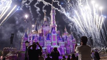 Des feux d'artifice tirés au Shanghai Disneyland en juin 2017, un an après son ouverture