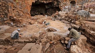 Des employés de l'Autorité israélienne de la nature et des parcs sont photographiés lors des travaux de préservation d'une forteresse datant d'environ 3000 ans, dans la réserve naturelle de Banias dans les hauteurs du Golan annexées par Israël, le 11 novembre 2020.