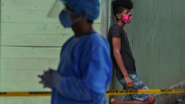 Un jeune homme attend de se faire dépister pour le Covid-19, à Panama le 21 août 2020