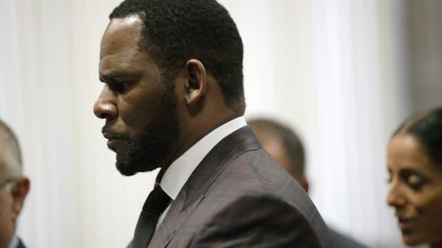 Le chanteur R. Kelly, le 26 juin 2019 dans un tribunal de Chicago. Son procès à New York pour de multiples abus sexuels, a commencé mercredi